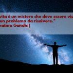 Aforisma di Gandhi: La vita è un mistero che deve essere vissuto, non un problema da risolvere.